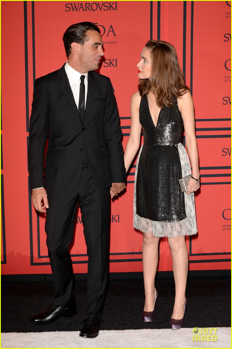 rose byrne bobby cannavale hold hands at the cfda fashion awards 2013 052884012