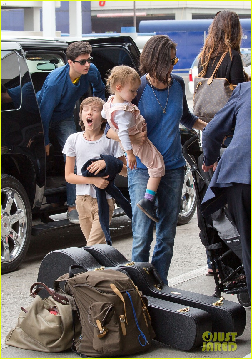 jennifer connelly paul bettany lax arrivial with the kids 012883140