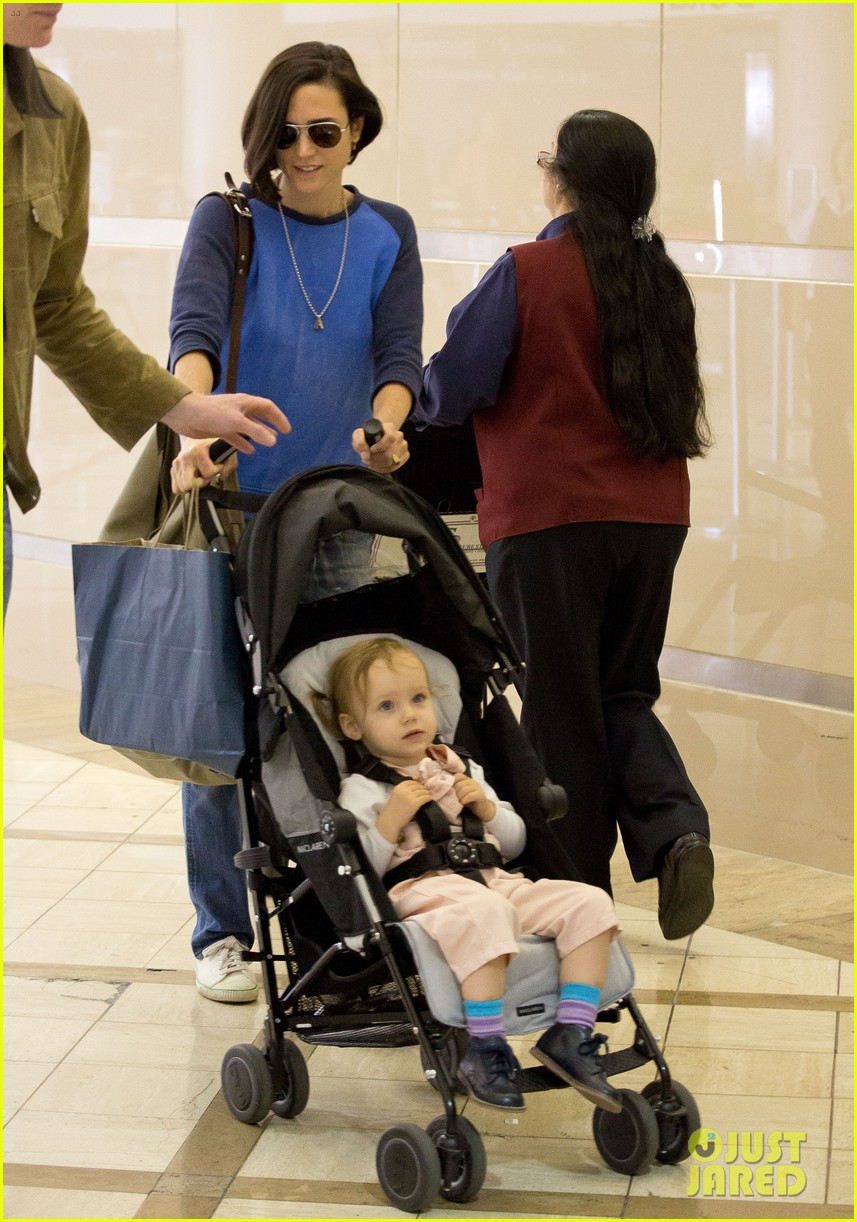jennifer connelly paul bettany lax arrivial with the kids 06