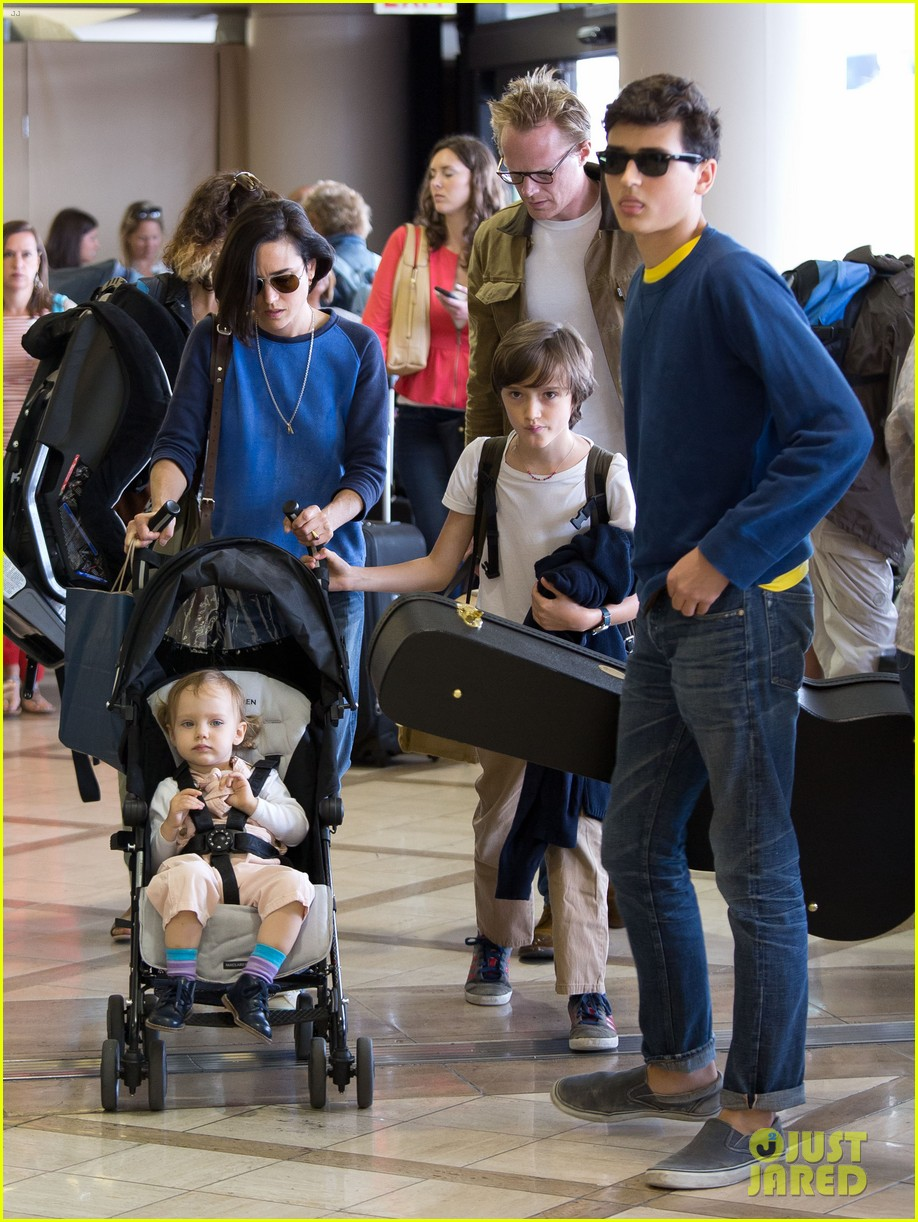 jennifer connelly paul bettany lax arrivial with the kids 092883148