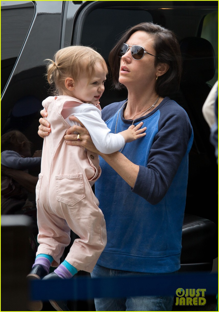 jennifer connelly paul bettany lax arrivial with the kids 112883150