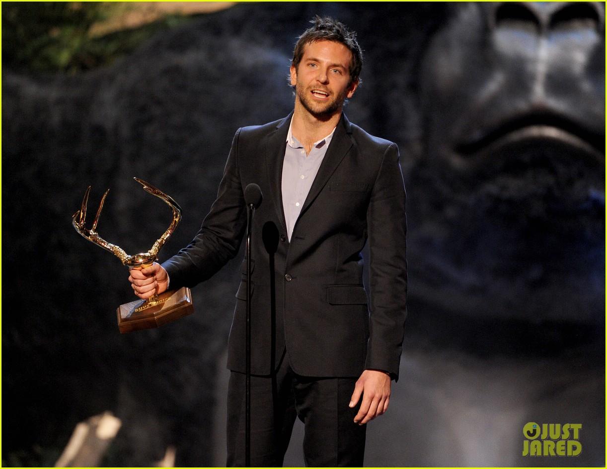 bradley cooper brings suki waterhouse to guys choice awards 15
