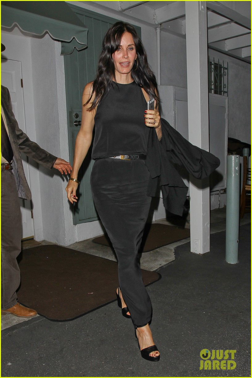 courteney cox celebrates her birthday with isla fisher laura dern 232892388