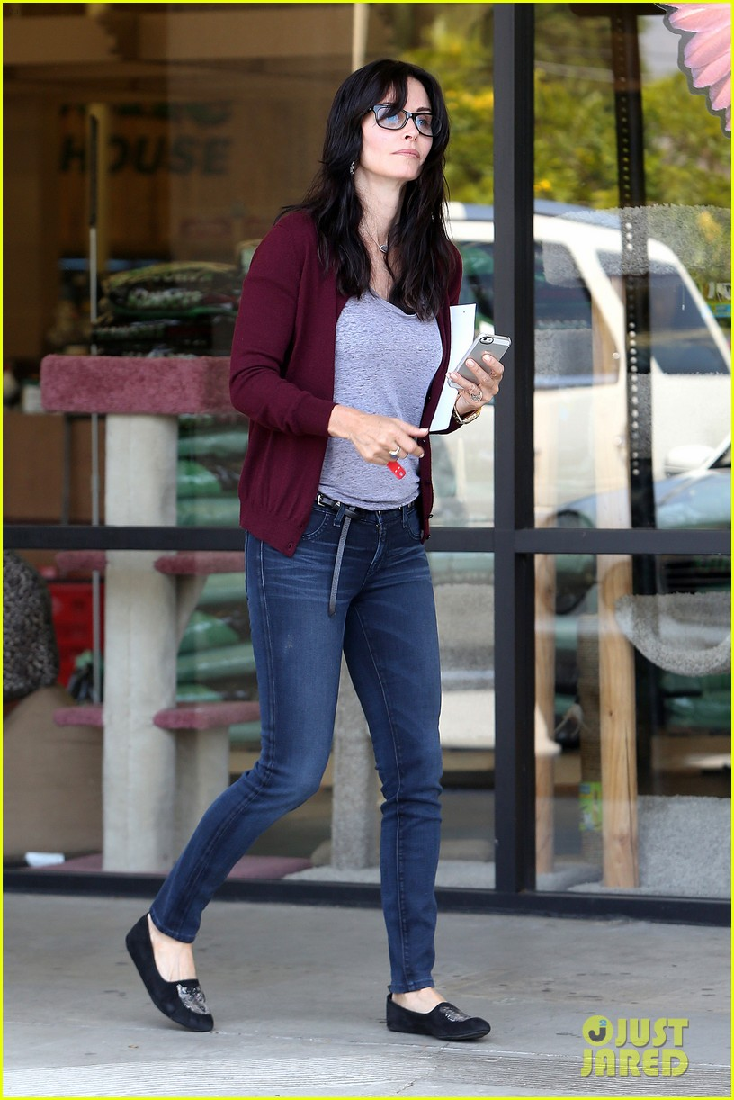 courteney cox shops for pet supplies at kahoots 02