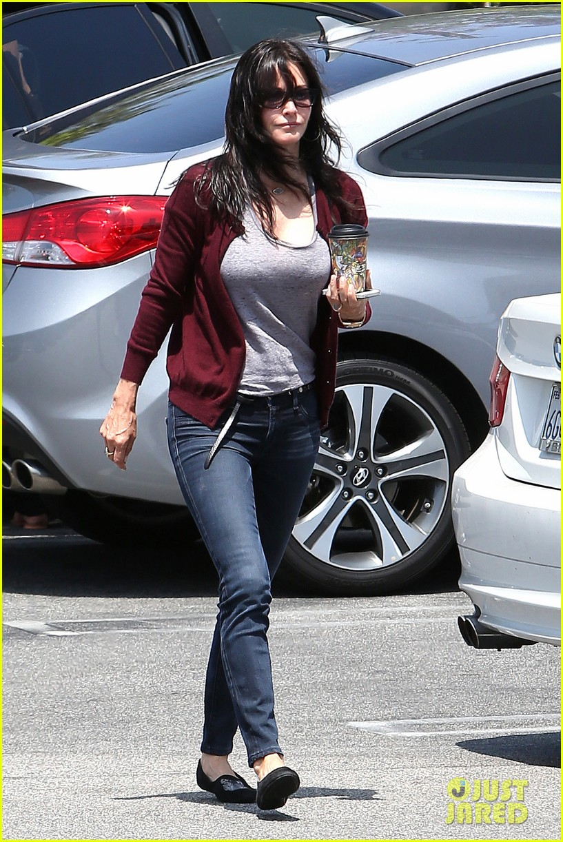 courteney cox shops for pet supplies at kahoots 052886611