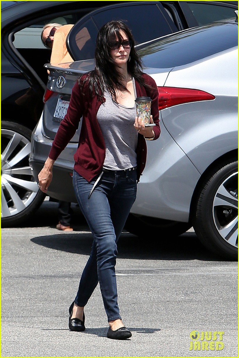 courteney cox shops for pet supplies at kahoots 072886613