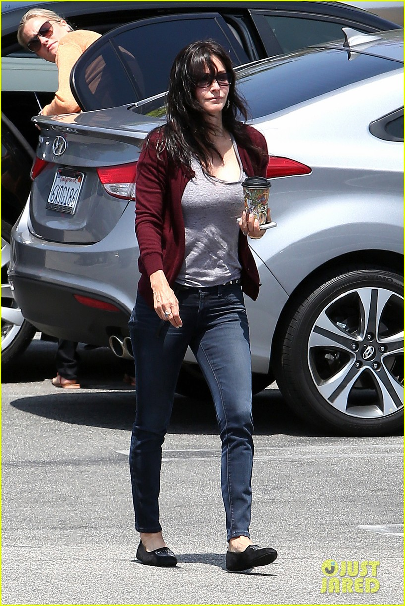 courteney cox shops for pet supplies at kahoots 092886615