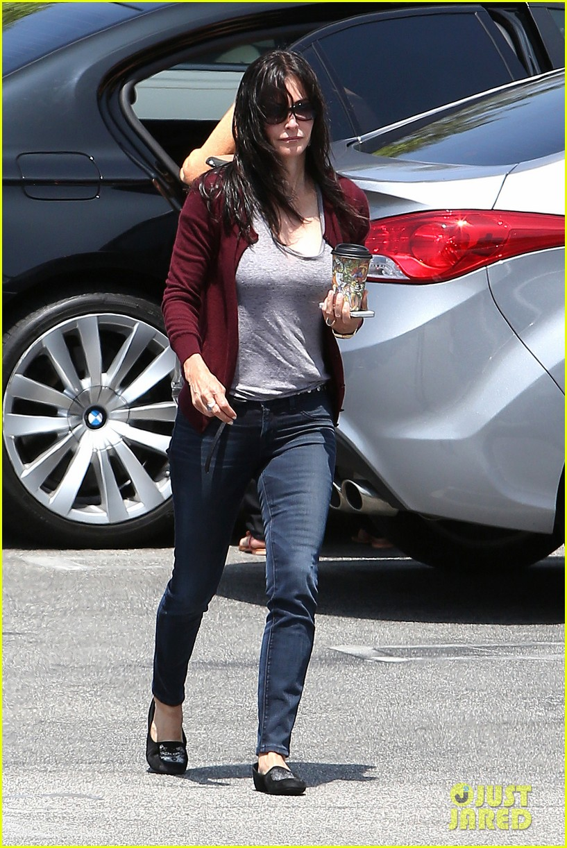 courteney cox shops for pet supplies at kahoots 10