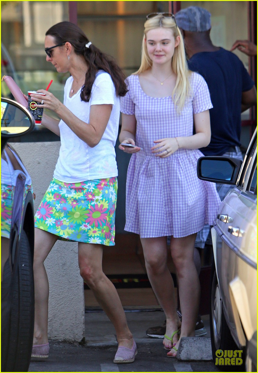 dakota fanning approves hair elle eats lunch with mom heather 06