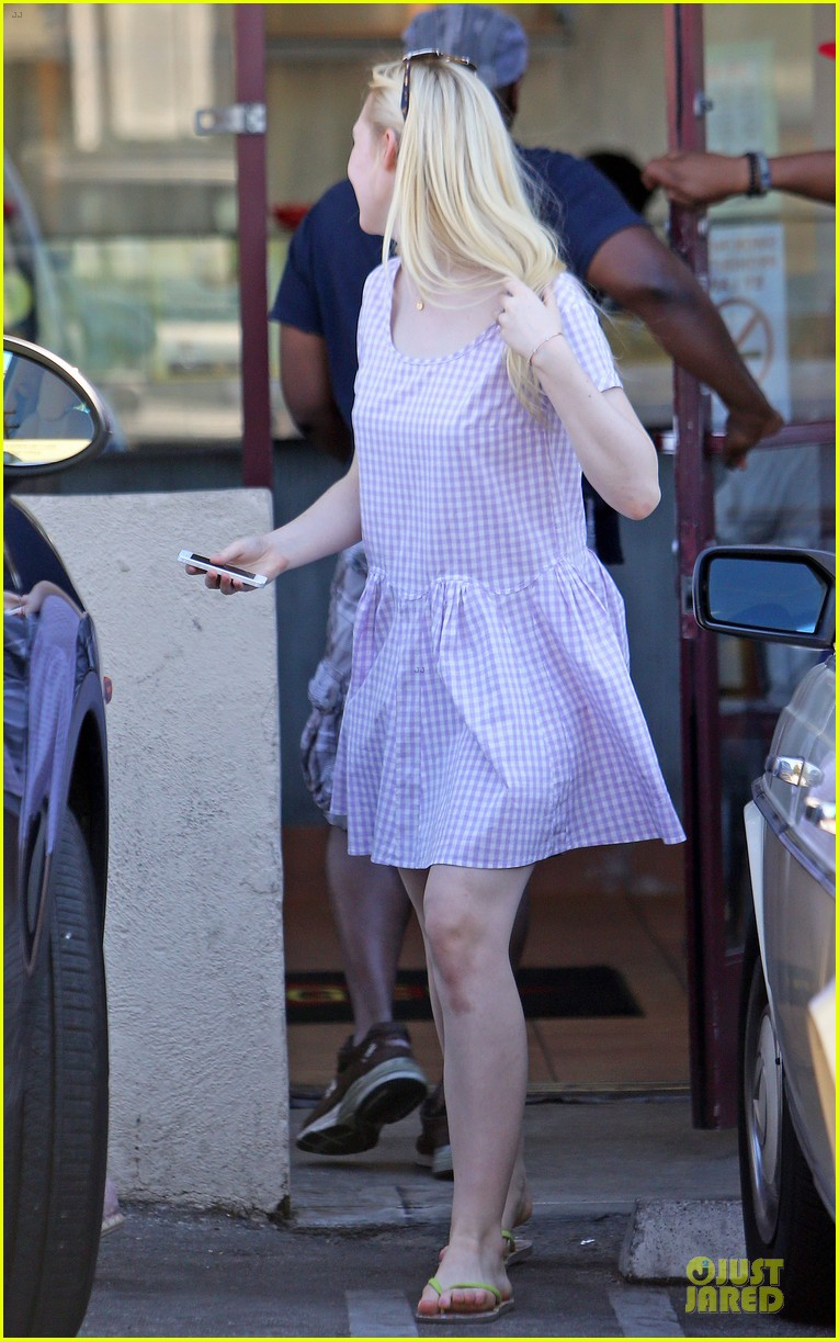 dakota fanning approves hair elle eats lunch with mom heather 072899162