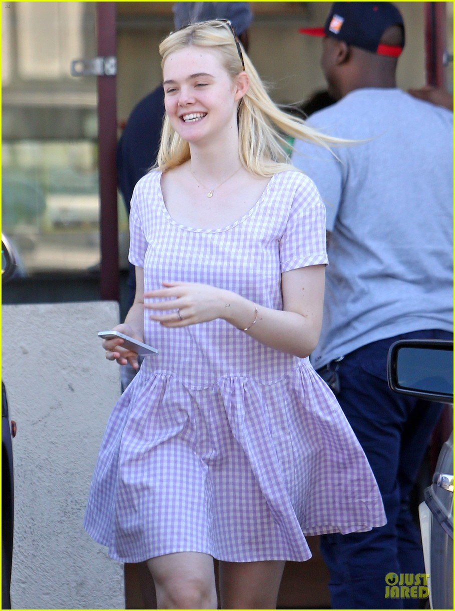 dakota fanning approves hair elle eats lunch with mom heather 082899163