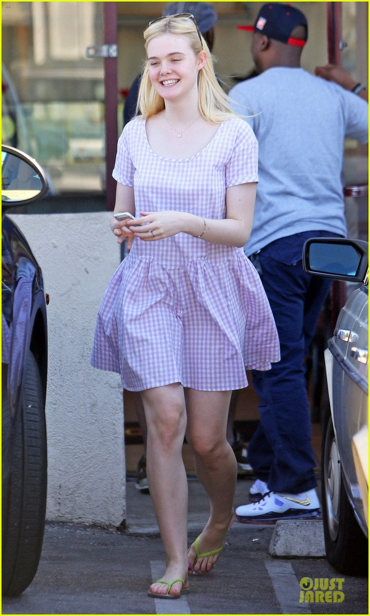 dakota fanning approves hair elle eats lunch with mom heather 092899164