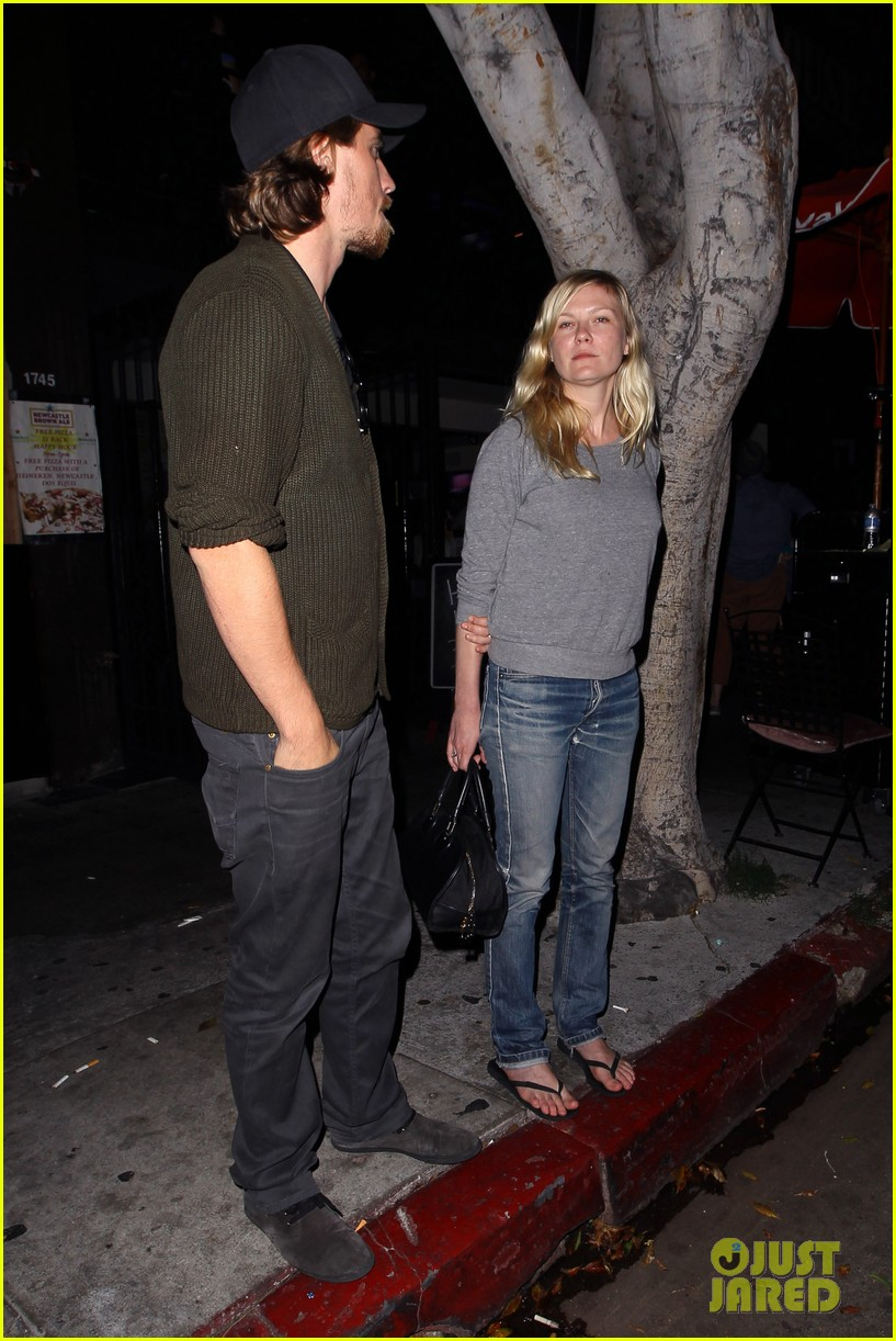 kirsten dunst garrett hedlund vermont kitchen couple 012889711