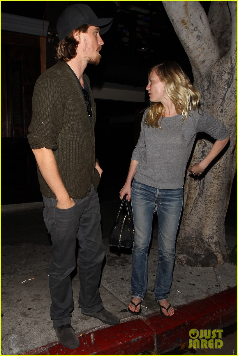 kirsten dunst garrett hedlund vermont kitchen couple 072889717