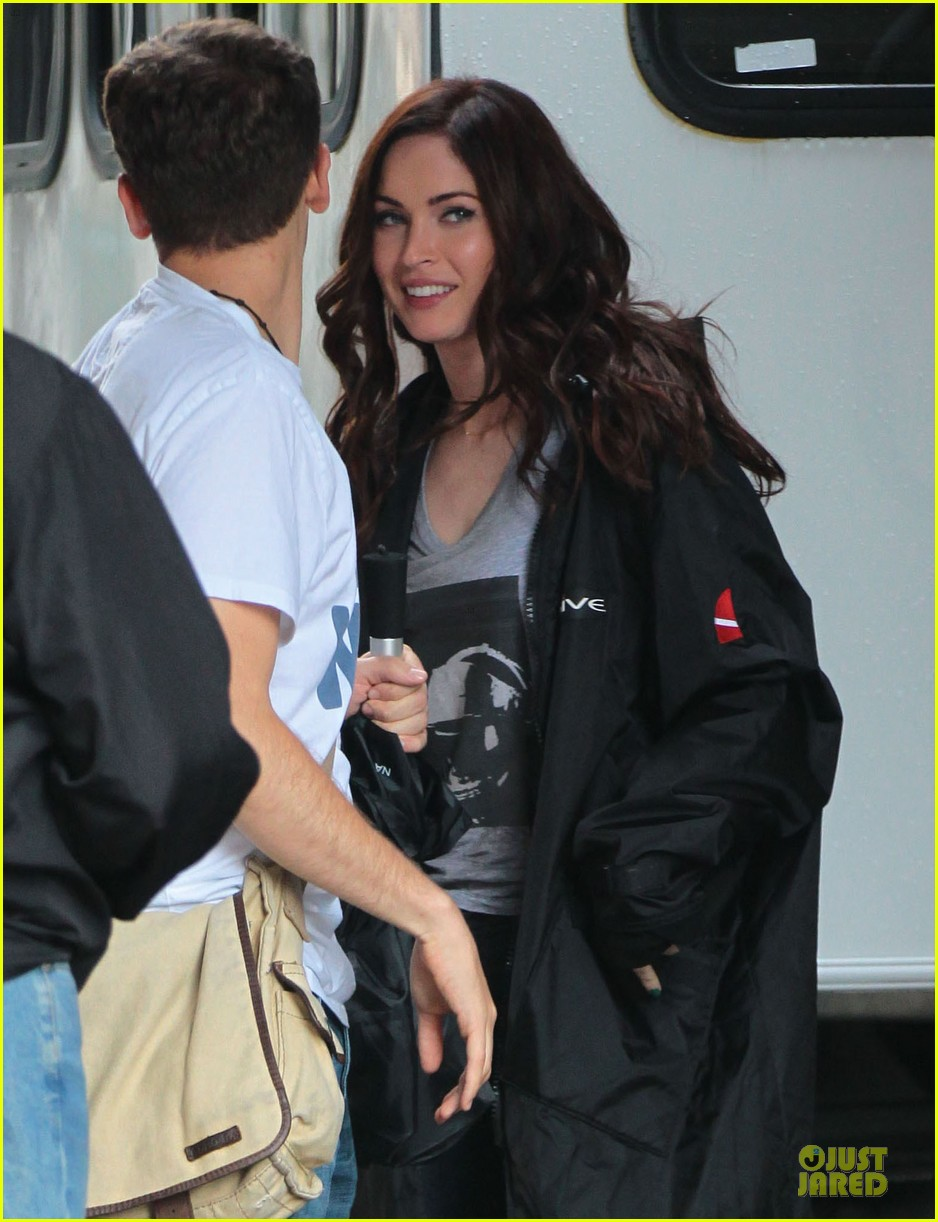 megan fox cell phone carrier on ninja turtles set 022891597
