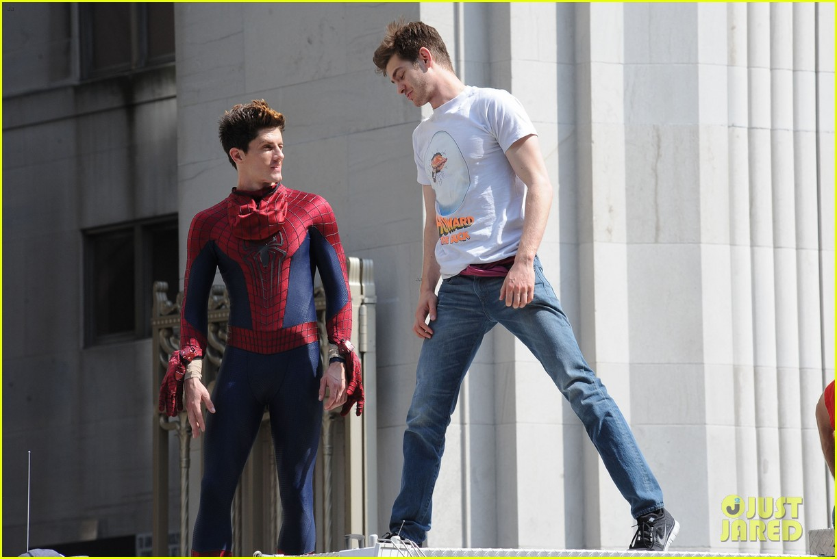 andrew garfield plays with kids on amazing spider man 2 set 012896604