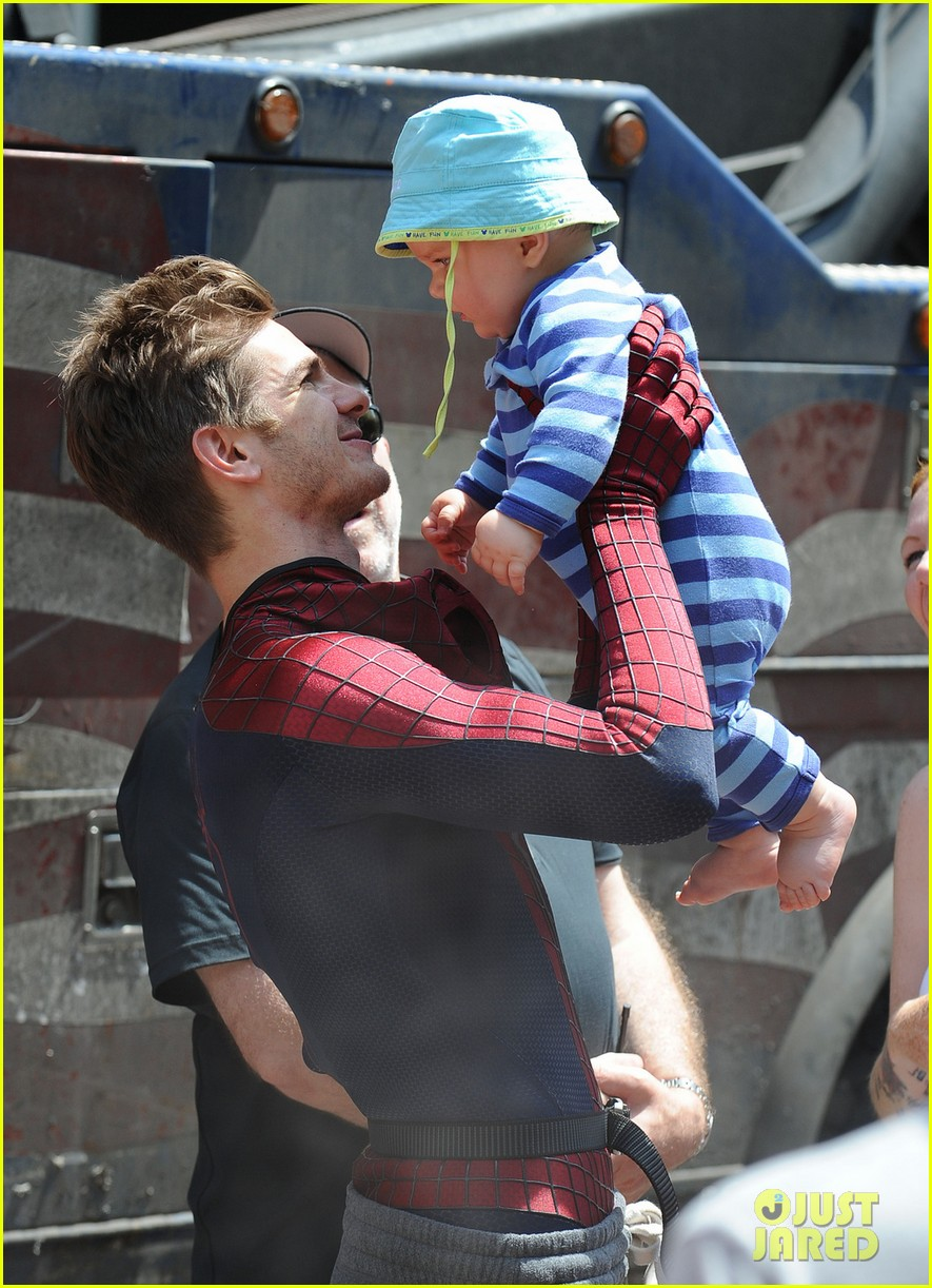 andrew garfield plays with kids on amazing spider man 2 set 022896605