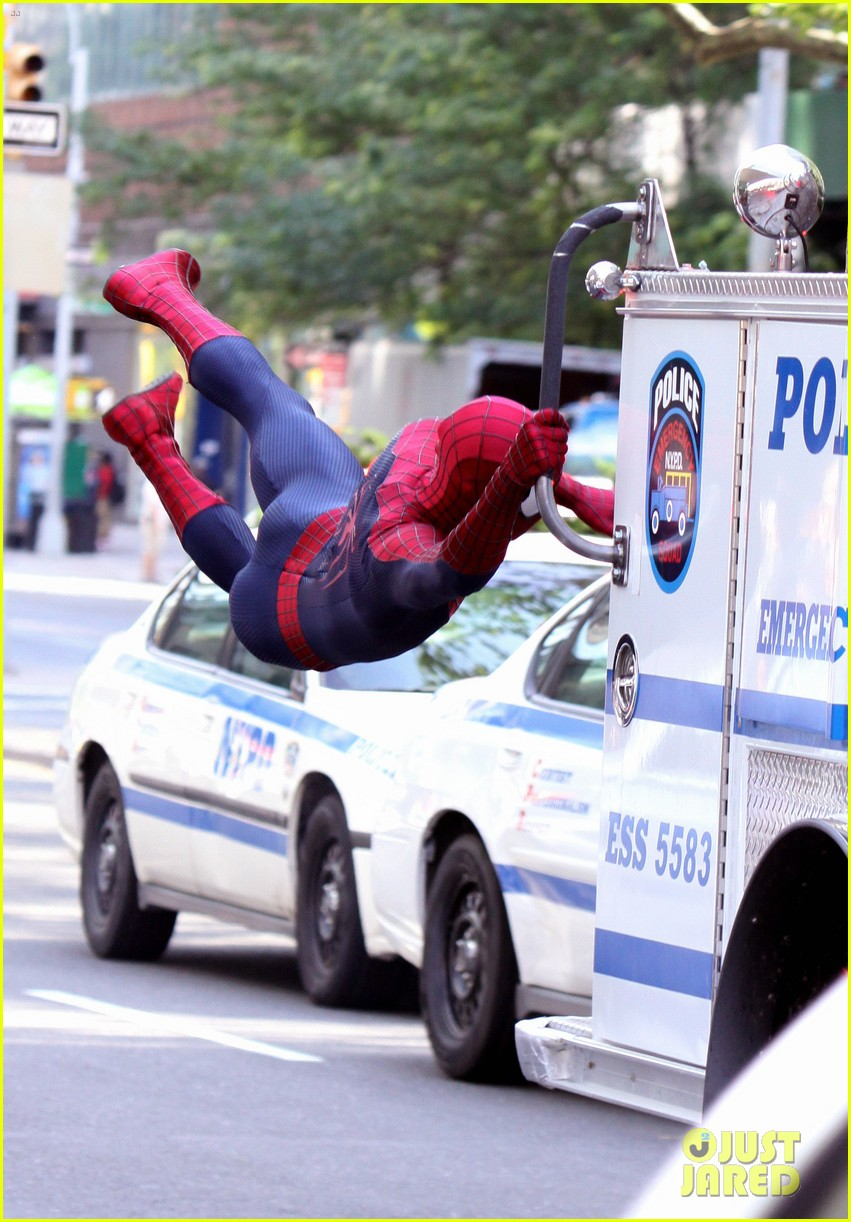 andrew garfield plays with kids on amazing spider man 2 set 032896606