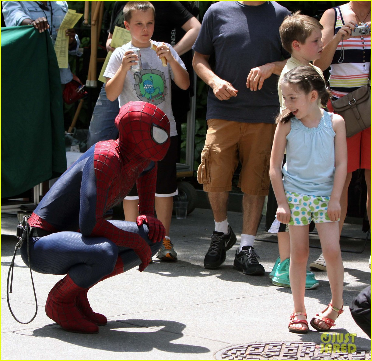 andrew garfield plays with kids on amazing spider man 2 set 052896608
