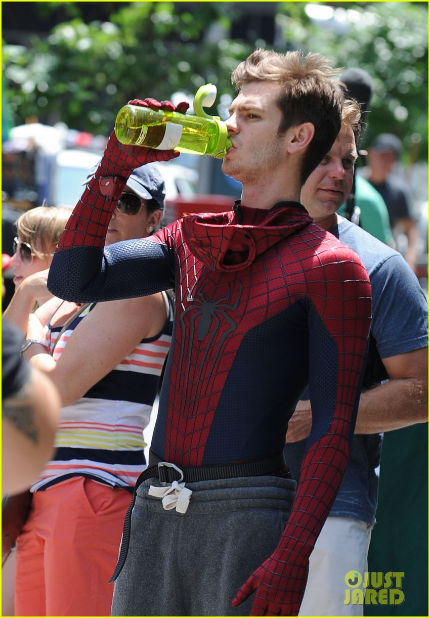 andrew garfield plays with kids on amazing spider man 2 set 062896609