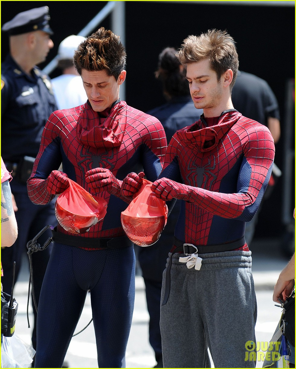 andrew garfield plays with kids on amazing spider man 2 set 072896610