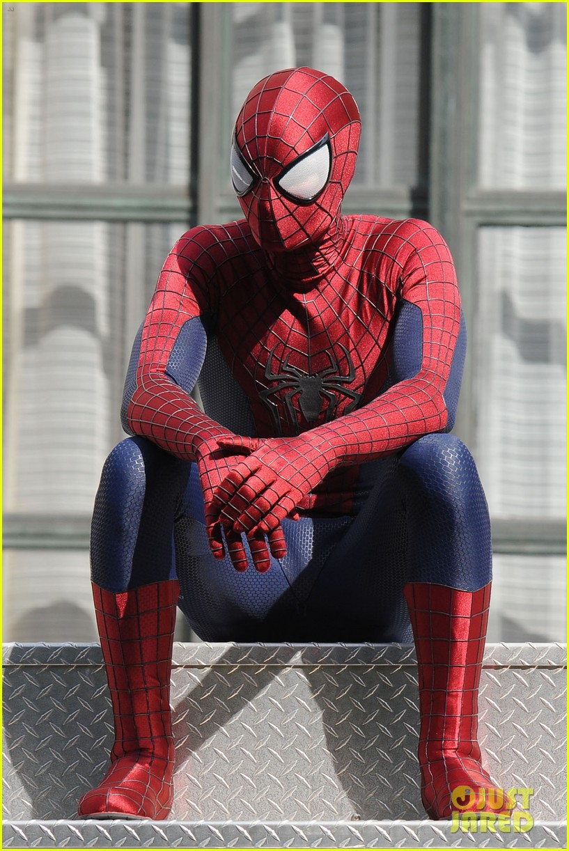 andrew garfield plays with kids on amazing spider man 2 set 22