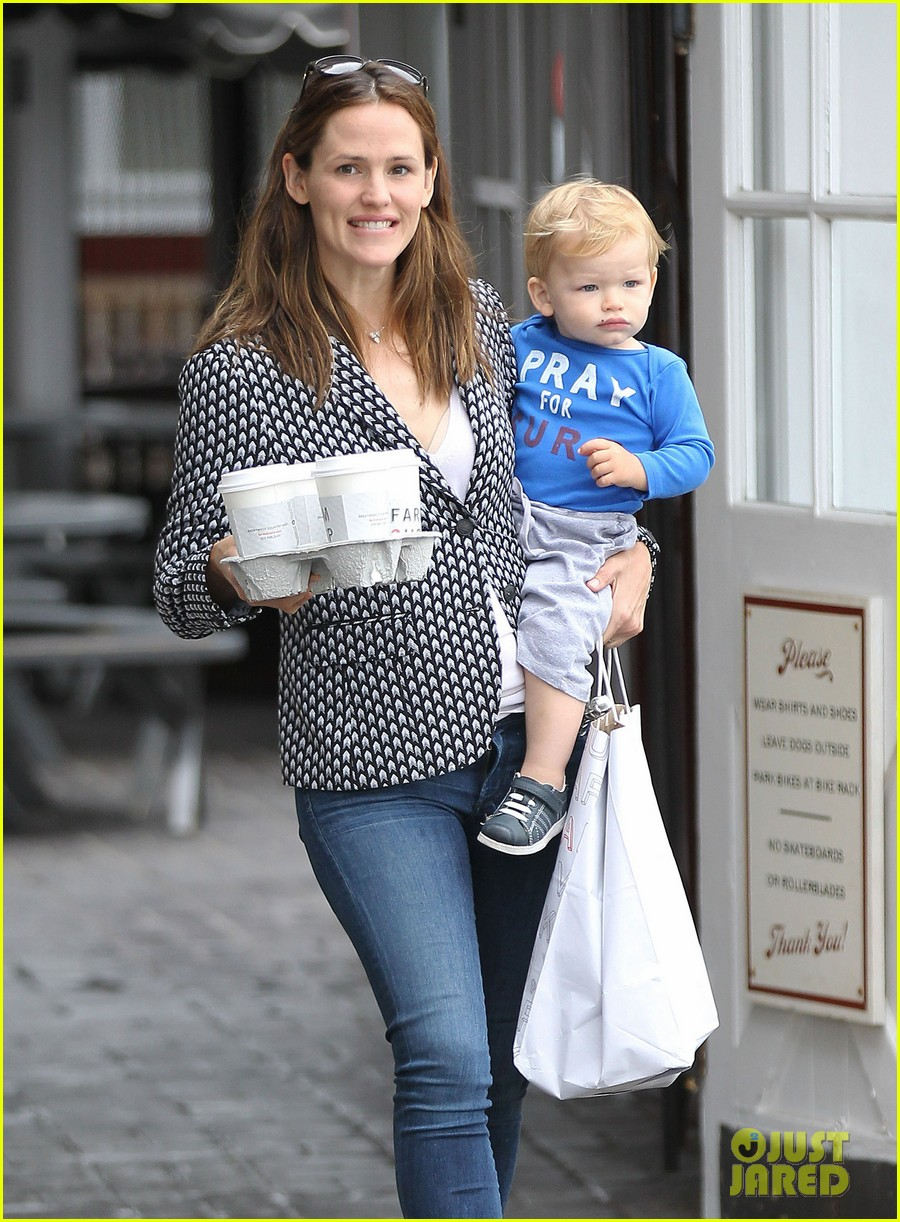 jennifer garner carries samuel four coffees 022885827