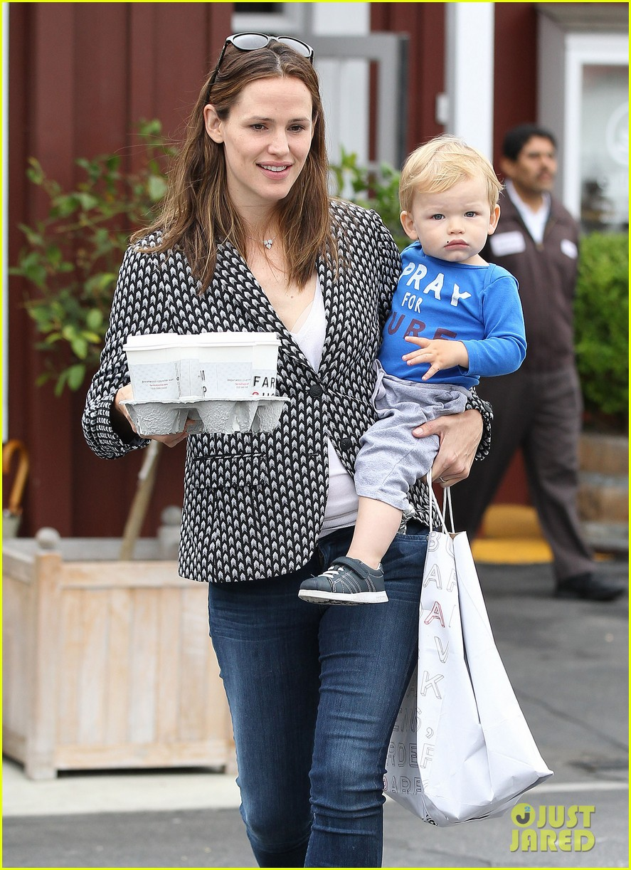 jennifer garner carries samuel four coffees 112885836