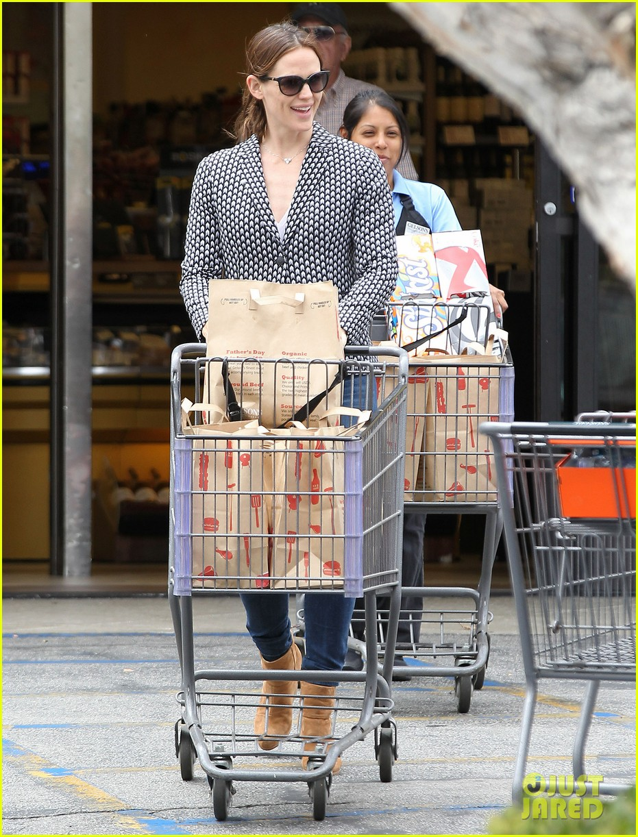 jennifer garner carries samuel four coffees 13