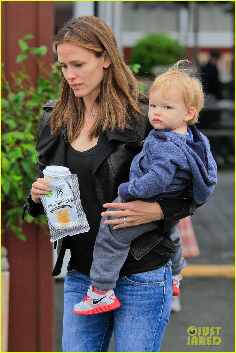 jennifer garner brentwood country mart stop with samuel 02