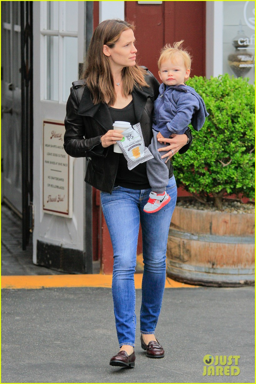 jennifer garner brentwood country mart stop with samuel 032886097
