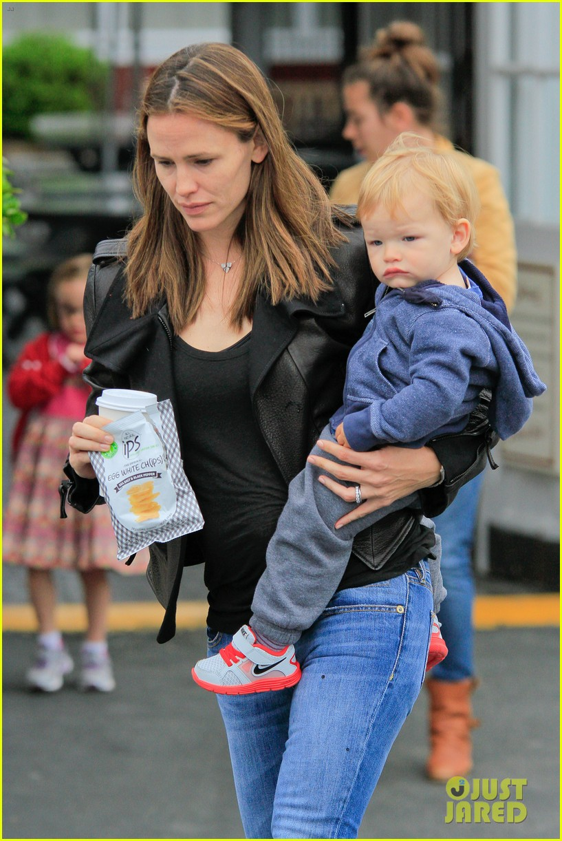 jennifer garner brentwood country mart stop with samuel 042886098