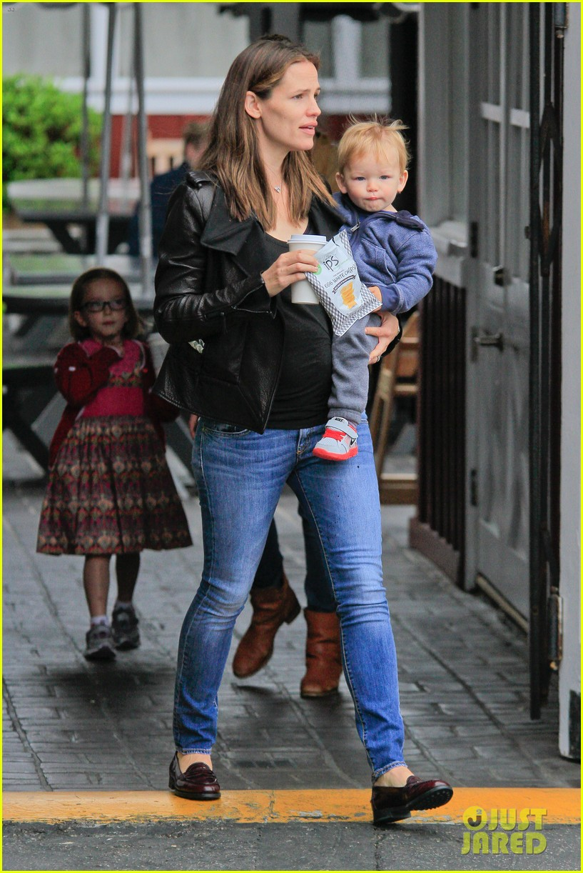jennifer garner brentwood country mart stop with samuel 052886099