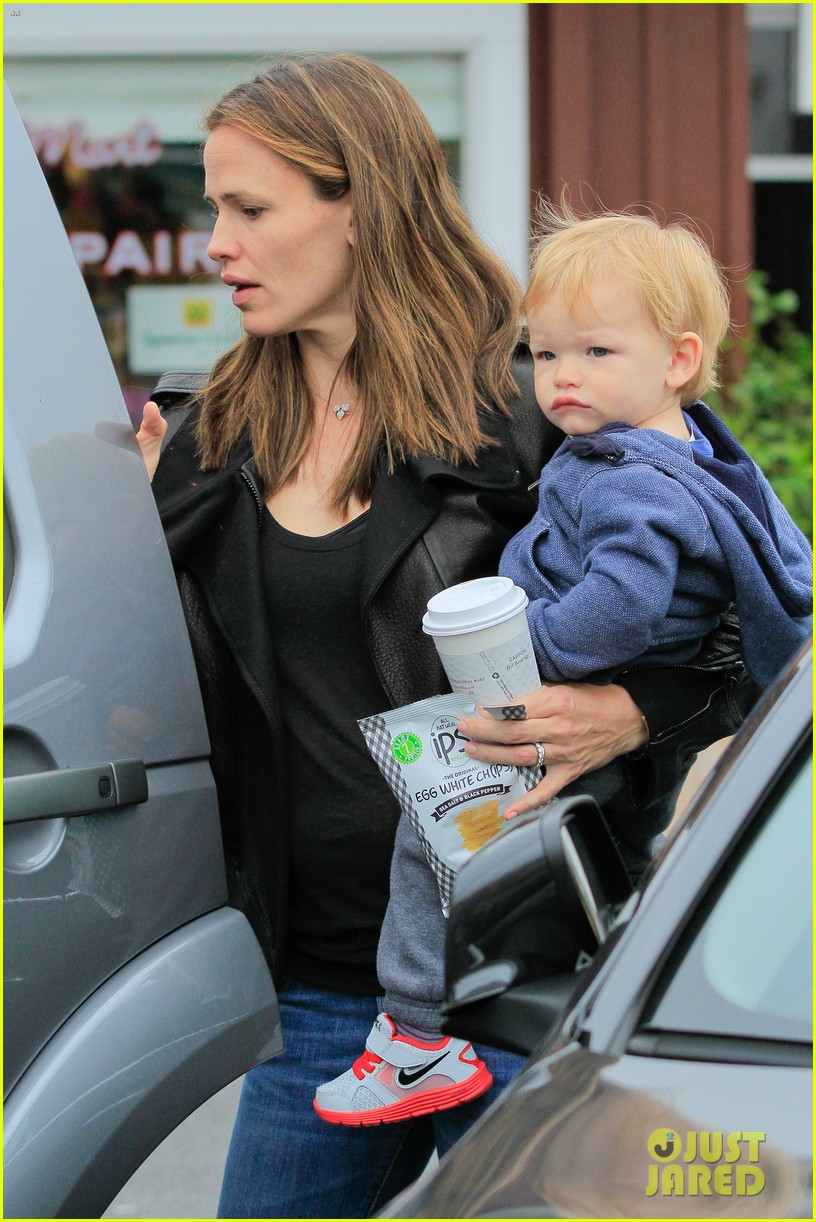 jennifer garner brentwood country mart stop with samuel 092886103