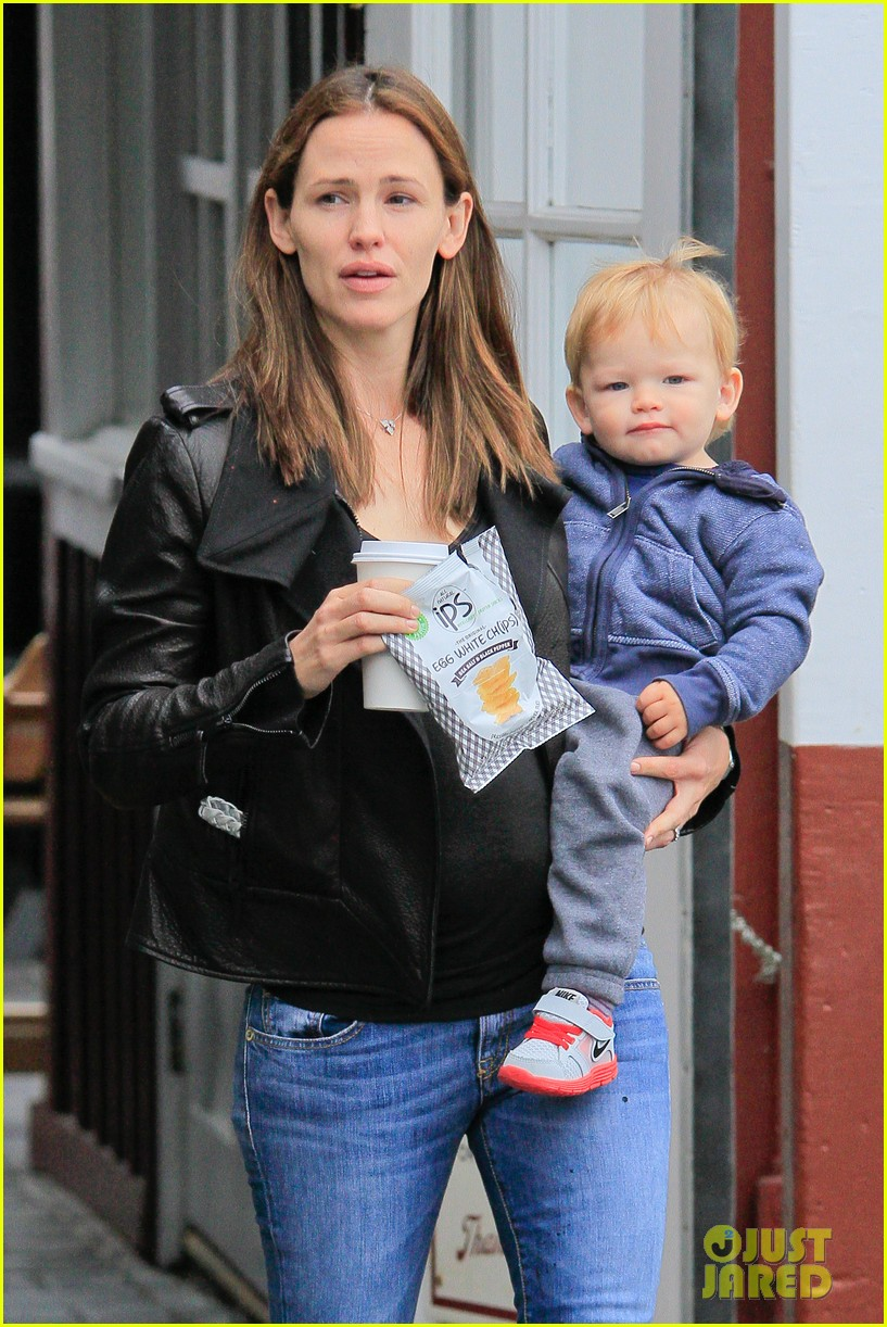jennifer garner brentwood country mart stop with samuel 122886106