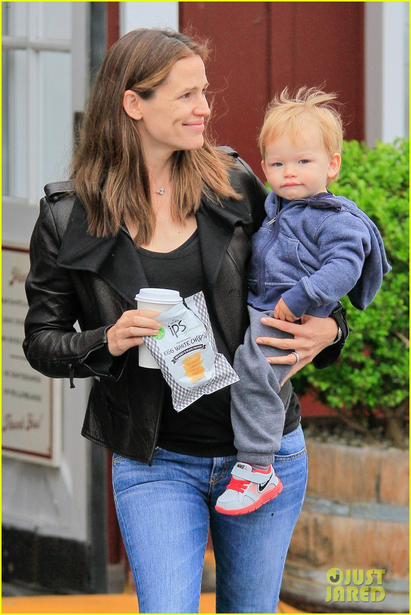 jennifer garner brentwood country mart stop with samuel 132886107