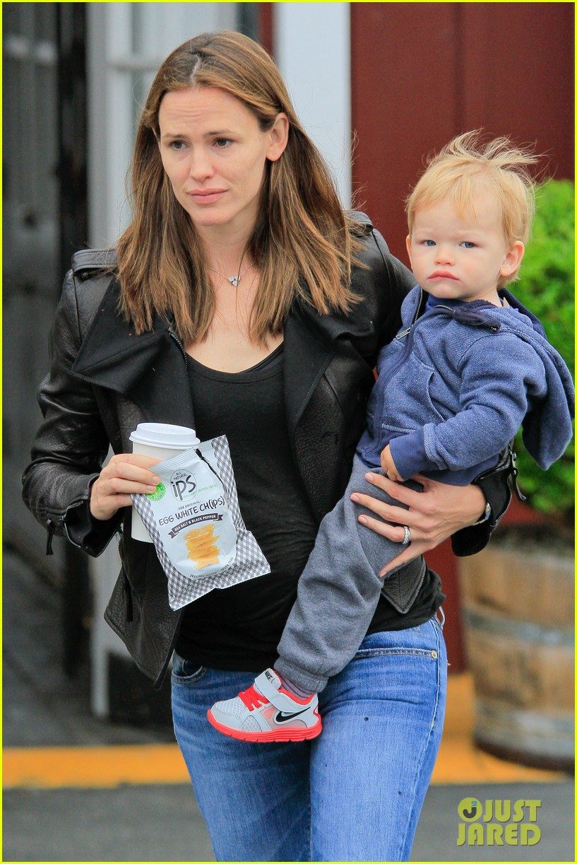 jennifer garner brentwood country mart stop with samuel 142886108