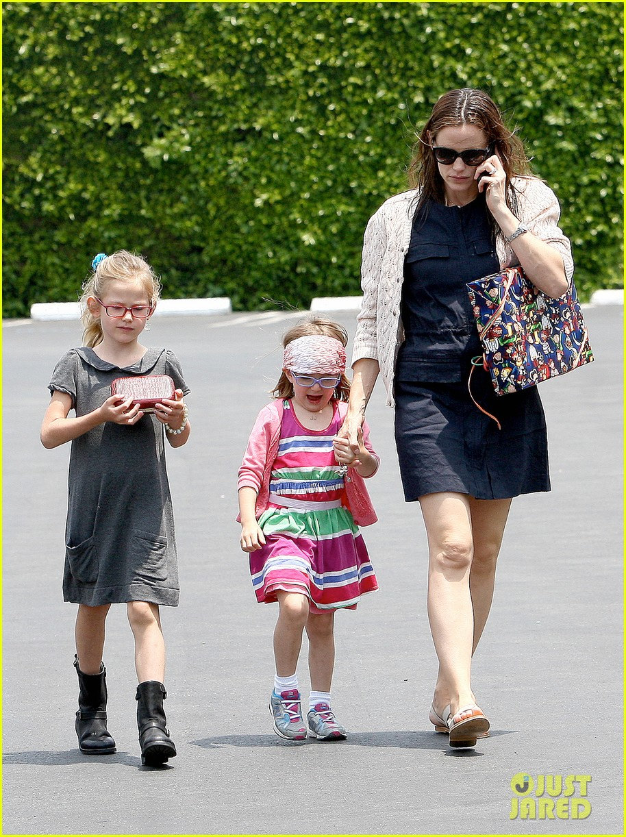 jennifer garner ben affleck star eco station with the girls 192882293