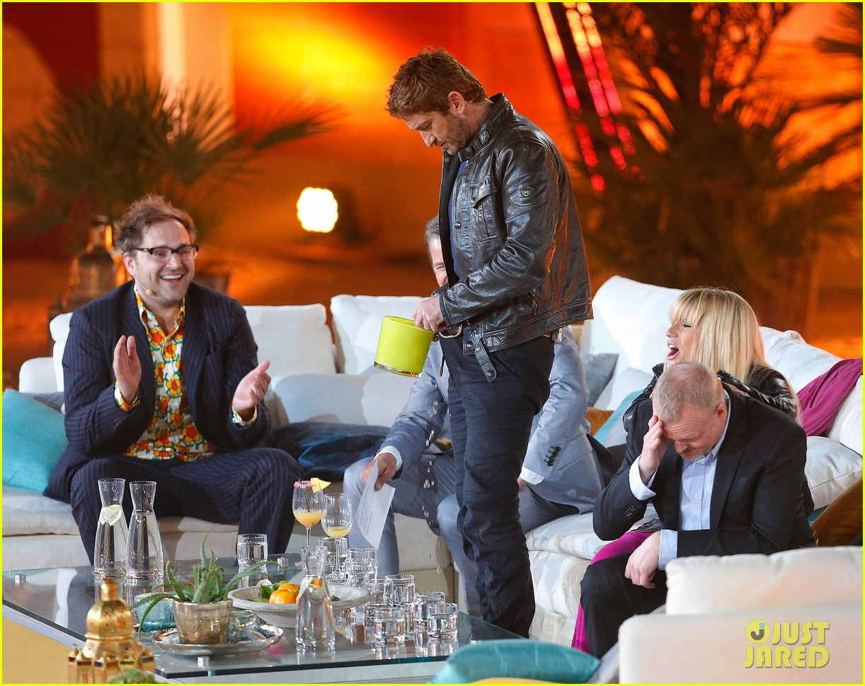 gerard butler puts ice down his pants on german tv show 022887687