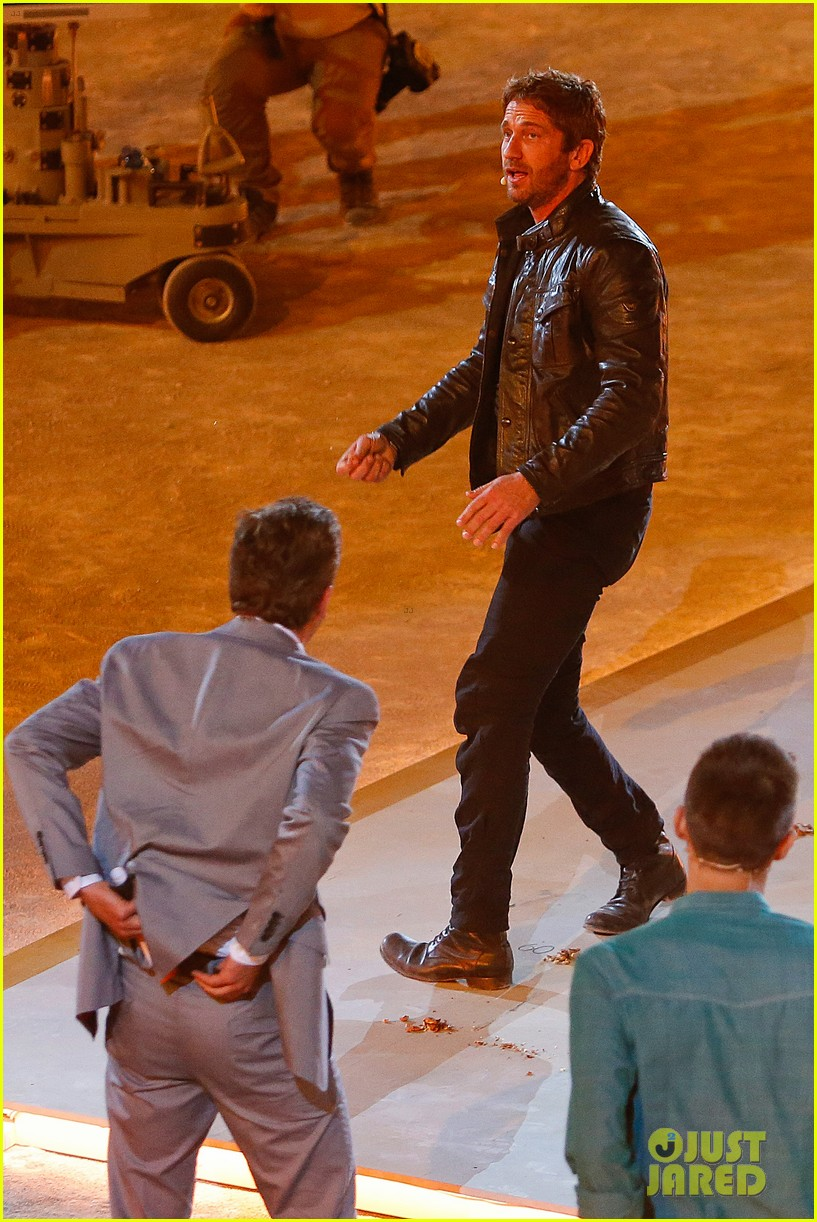 gerard butler puts ice down his pants on german tv show 052887690