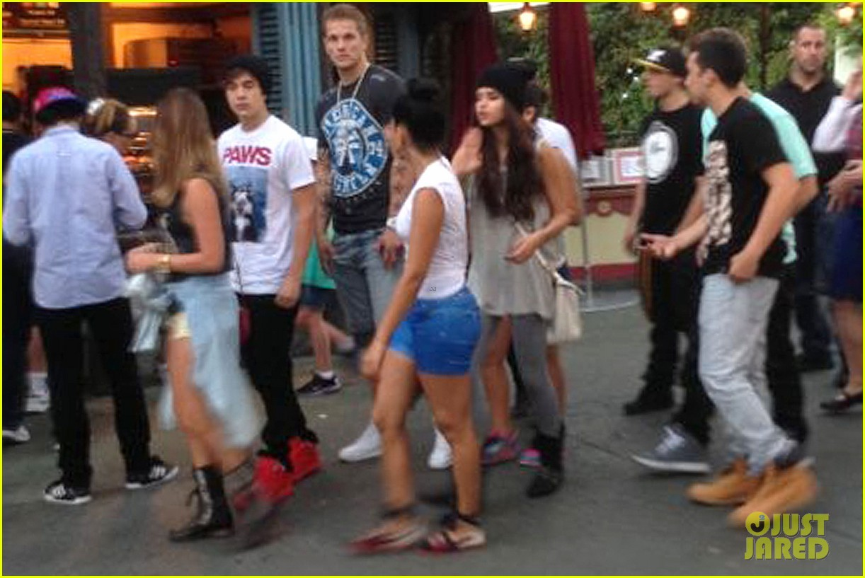 selena gomez disneyland with austin mahone 01