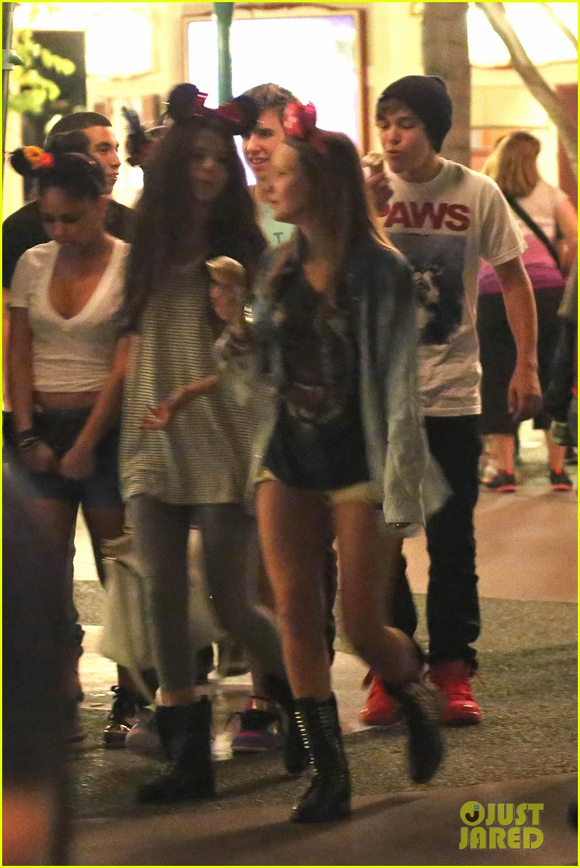 selena gomez disneyland with austin mahone 152899310