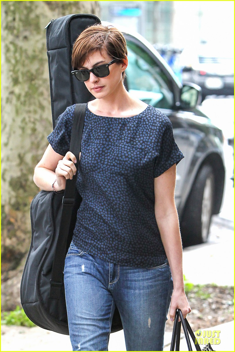 Anne Hathaway Guitar Carrying Gal On Song One Set Photo 2890145