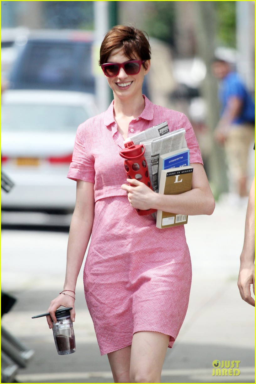 anne hathaway pink book carrier on song one set 022899249