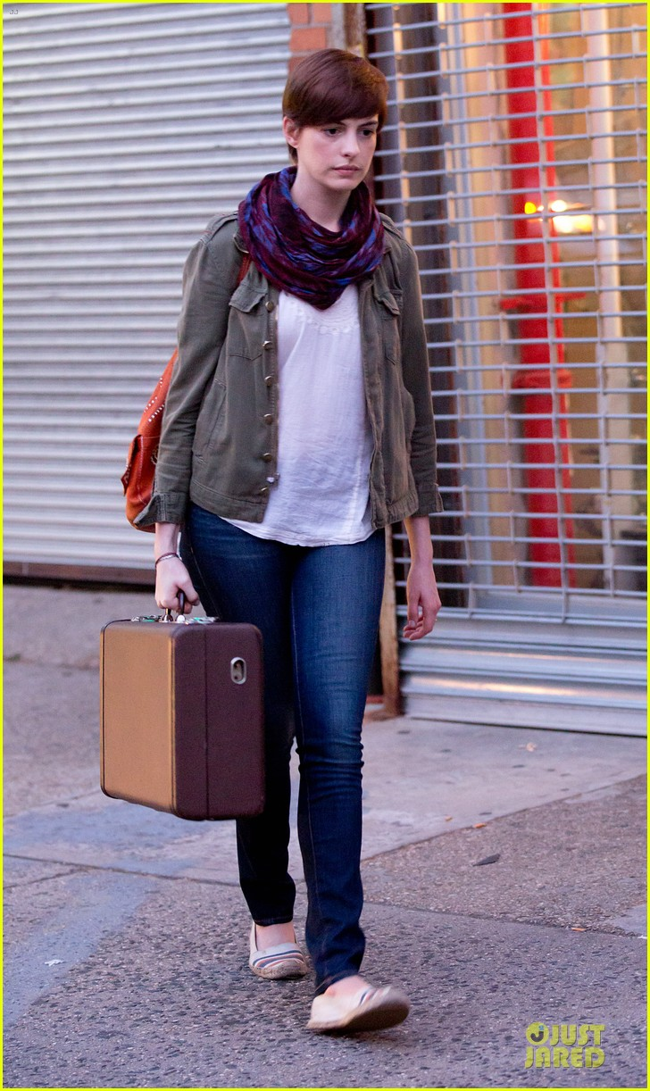 anne hathaway pink book carrier on song one set 052899252