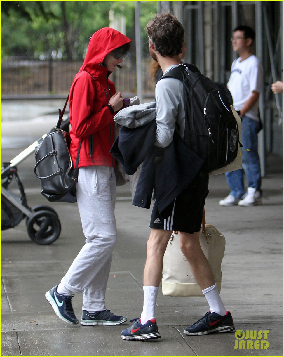 anne hathaway adam shulman rainy friday in new york 012886707