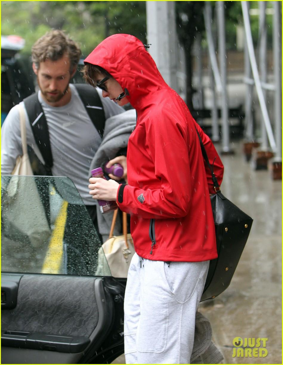 anne hathaway adam shulman rainy friday in new york 022886708