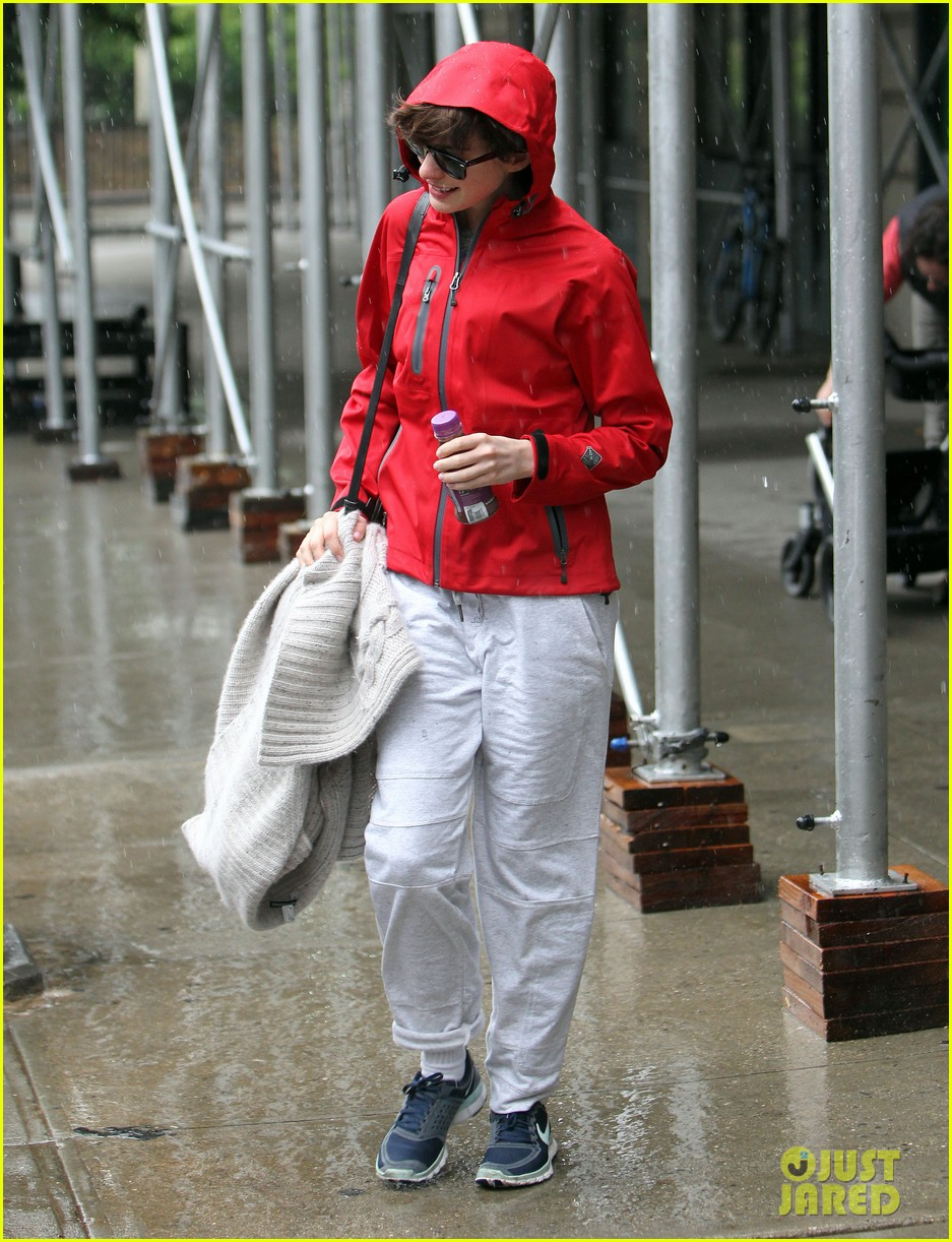 anne hathaway adam shulman rainy friday in new york 09