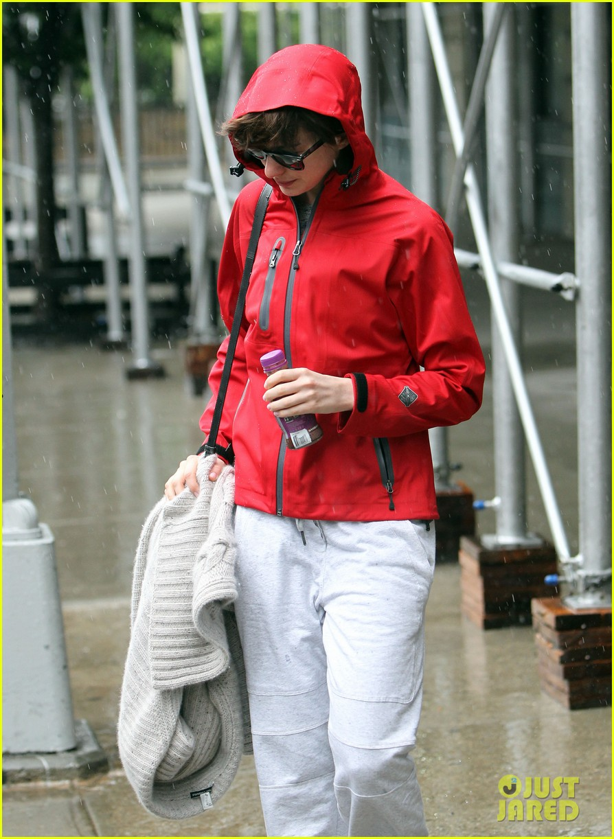 anne hathaway adam shulman rainy friday in new york 10