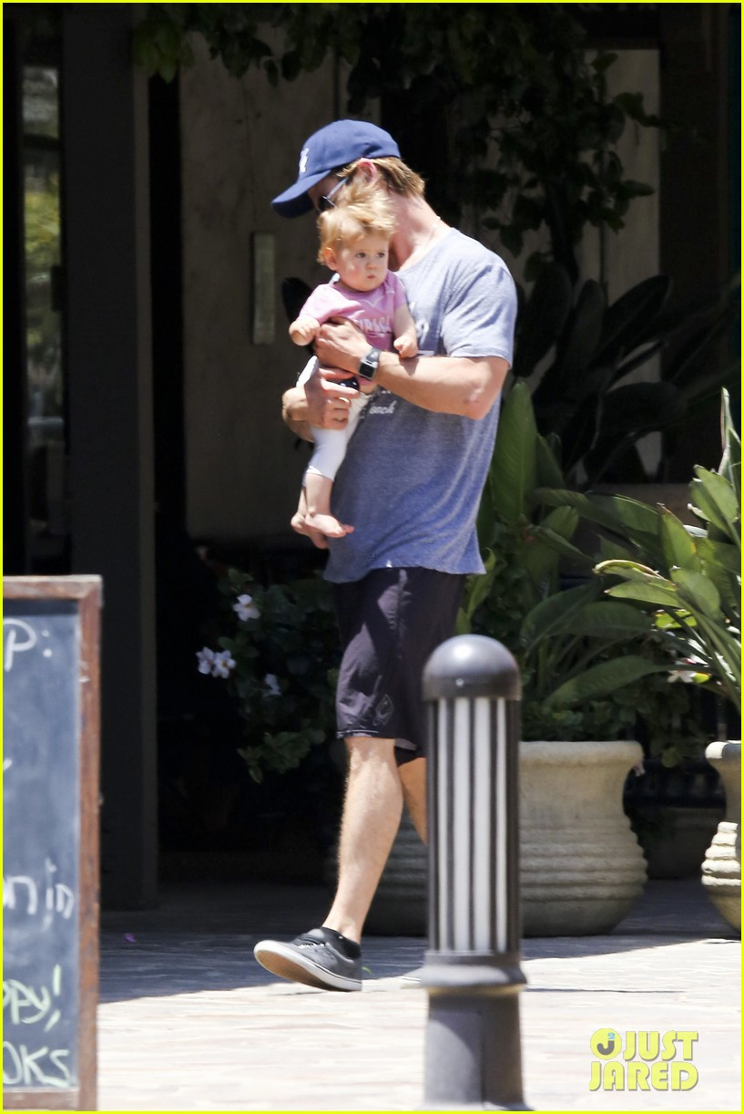 chris hemsworth malibu shopping with elsa pataky india 11